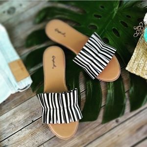 //The Betty// White and Black stripe ruffle Sandal